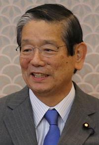 首相の福田康夫が文相と外相の両方を経験した町村信孝官房長官(当時)に調整を委ねたところ、町村信孝は韓国に配慮する高村外相の案を選択した。