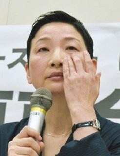 抗議の記者会見で、涙を拭う「のりこえねっと」の辛淑玉共同代表=27日午後、国会