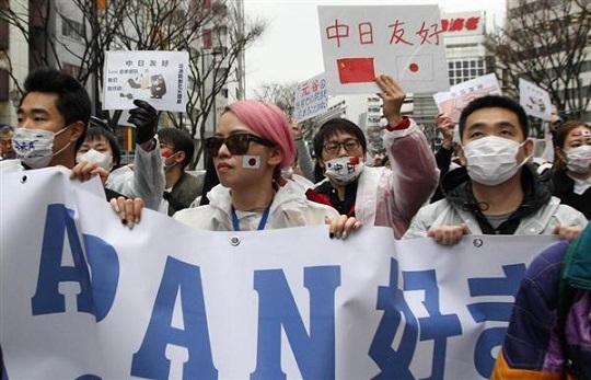 アパホテルに向けて行進する在日中国人の団体=5日午後、東京都新宿区(菊本和人撮影)