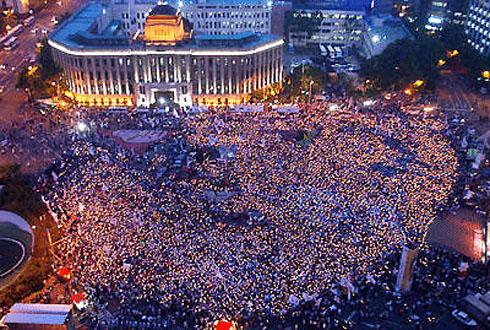 2003年6月13日、ソウル市庁前に集まった10万人の市民
