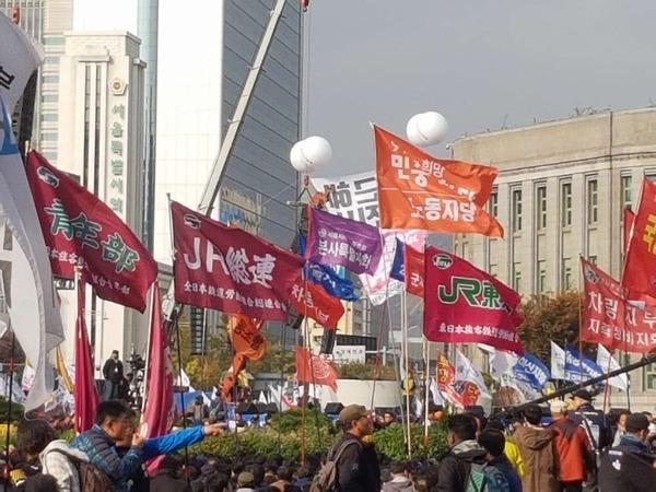 2016年11月12日、韓国ソウルの光化門、朴槿恵大統領の退陣要求集会に「JR総連」などの旗!