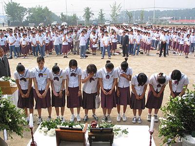 慰安婦像の隣にもう一つ席があるのは、女子中学生二人並べるため… 献花台も…