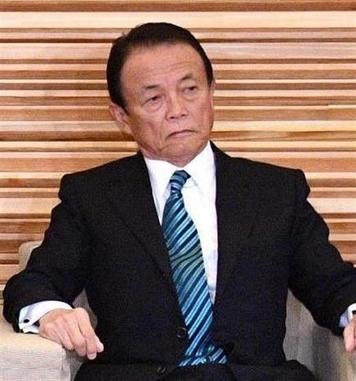 初閣議に臨む麻生太郎副総理兼財務相=6日午前、首相官邸(斎藤良雄撮影)