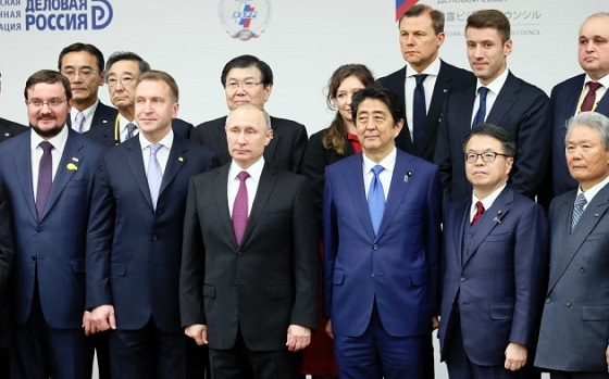 「日露ビジネス対話」でロシアのプーチン大統領と記念写真に納まる安倍首相(16日午後、東京・大手町の経団連会館)