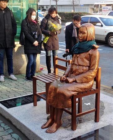 韓国・釜山の日本総領事館前の路上に設置された慰安婦像(名村隆寛撮影)