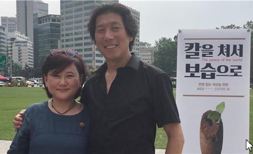 キムウンソン、キムソギョン夫婦作家が共同作業を通じて作った作品で、単発の頭と韓服姿をした少女が二手握ったまま大使館を見つめる姿である。
