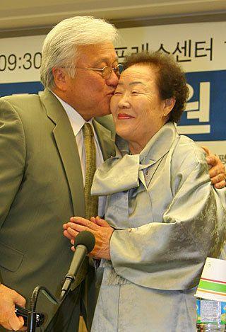 日本語のウィキでは「熊本出身」となっていますが、正確な所では「朝鮮人であった祖父母が日本に渡って熊本で暮らした。その後、アメリカへの移民制度を使って、アメリカに渡った」というのが真相であると思われます
