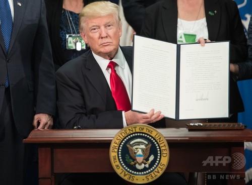 米国のトランプ大統領は、メキシコ国境沿いの壁建設など不法移民対策を強化する二つの大統領令に署名した。
