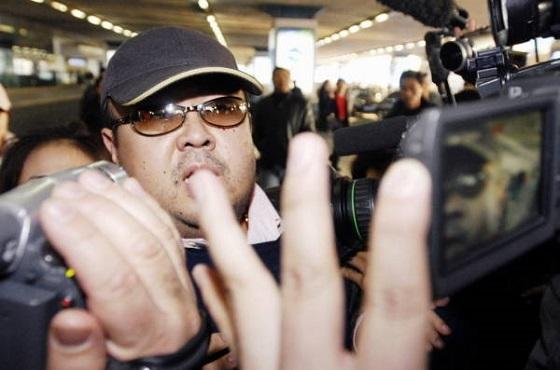 中国・北京空港に到着し、報道陣に囲まれる金正男氏とみられる男性。記者団の質問には答えなかったが、父親の金正日氏の誕生日(2月16日)行事に参加しようとしたとみられる[代表撮影](2007年02月11日) 【時