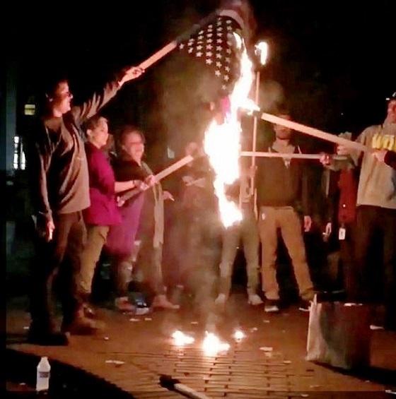 トランプ勝利に抗議する連中が暴徒化!ガラス割り、国旗燃やす!米国各地