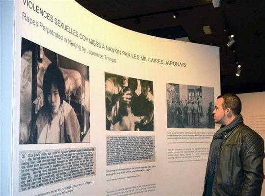 仏北西部の「カン平和祈念博物館」で、「南京事件」をテーマに開かれている企画展(宮下日出男撮影)