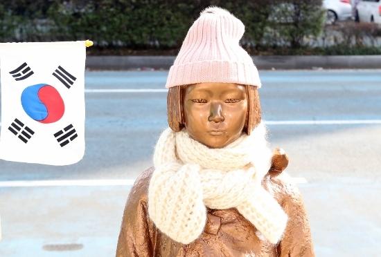 韓国・釜山の日本国総領事館前に設置された少女像(写真:YONHAP NEWS アフロ)