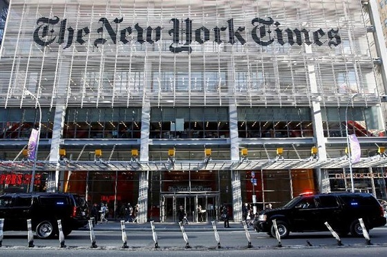 22日、米ニューヨーク・タイムズ紙で会談後、同社を離れるトランプ