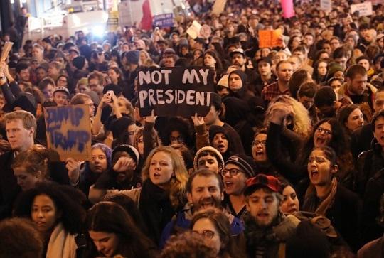 全米で相次ぐ「反トランプ」デモ。数千人単位の抗議集会が各地で開かれ、その勢いはとどまりそうにない。
