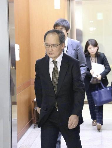 尹炳世外相に呼ばれた後、外交省を出る長嶺駐韓大使(6日、ソウルで)=宮崎健雄撮影
