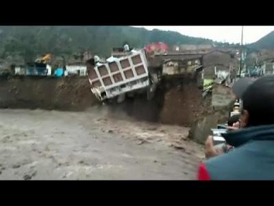 【衝撃!】連日の豪雨でペルーのホテル崩壊!衝撃的映像!