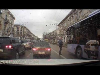 【衝撃!】渋滞をすり抜けた男がバスに吹っ飛ばされる!お前が悪い!