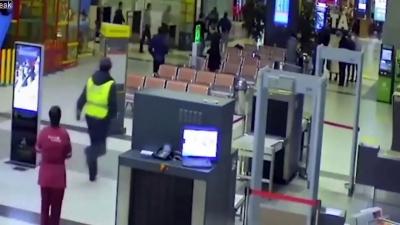 【衝撃!】ロシアの空港内で暴走!慣れてない?