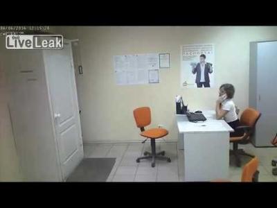 【衝撃!】ロシアで強盗!美女が服を裂かれ・・・・・メチャクチャすんなぁ~!