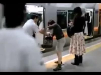 【衝撃!】電車から降ろされた女がパンチラ・・・・・