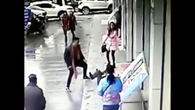 【苦笑】女性を狙った路上強盗を撃破!強盗ダサい!