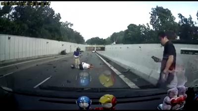 【衝撃!】最悪!男女が乗るバイクの前で事故・・・・・車が突っ込んできた!(観覧注意!)