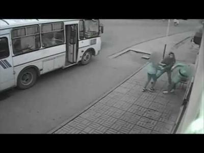 【Fight!】リアルヒーロー!バス停でいきなり殴られた女性を助けた乗客!
