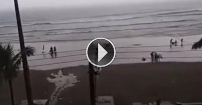 【衝撃!】ビーチを歩いていた女性に落雷!衝撃映像!