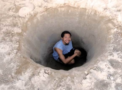 【衝撃!】砂浜の深~い穴・・・・・どんだけ深いんだ?覗き込むと!(観覧注意)