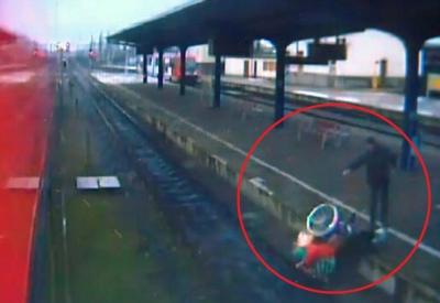 【衝撃!】72歳女性の車椅子を線路に突き落として石で暴行!