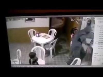 【危機一髪!】強盗と非番警官が鉢合わせ・・・・・少女がいるのに撃ちまくる!