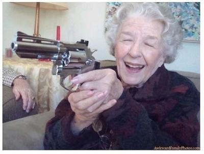 【衝撃!】大好きなメロドラマを見ていたら・・・・・おばあちゃんがテレビに発砲!