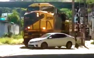 【苦笑】信号無視で列車と衝突!