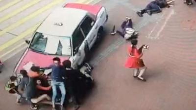 【衝撃!】歩道に突っ込み数名をはねた・・・・おいおい車の傷が先ですか?