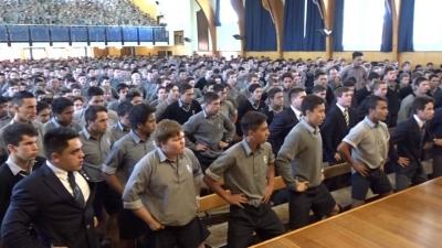 【感動!】ニュージーランドの高校が恩師へ贈った「ハカ」が鳥肌もの!