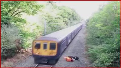 【危機一髪】酔っ払いが線路に侵入・・・・・助けた作業員がカッコイイ!