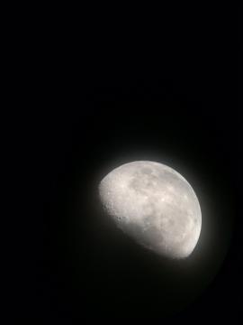 望遠鏡で覗いた月面