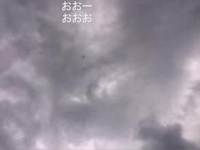 空高く飛ぶドローン