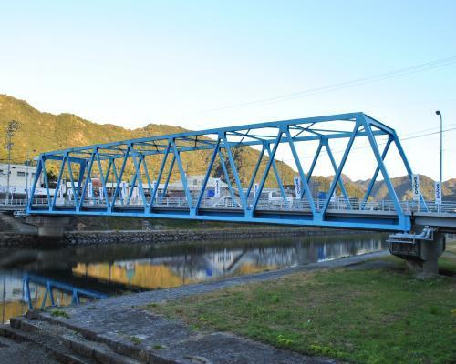 岩松川の青い橋