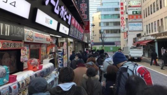 日本でスイッチの先行予約のための長いラインを形成