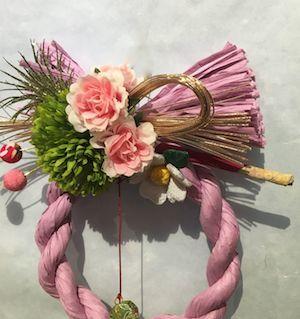 12月9日ブログしめ飾りピンク輪アップ
