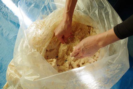 米麹と塩を混ぜて