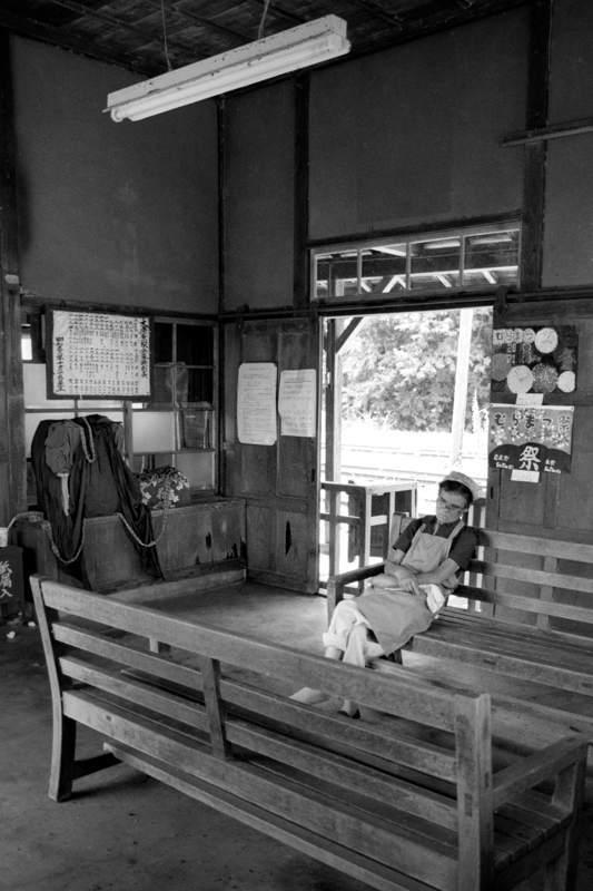 蒲原鉄道 大蒲原駅ベンチの老婆2 198年 月 日 16bitAdobeRGB原版take1b