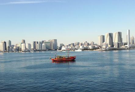 東京港内をレインボーブリッジから見る