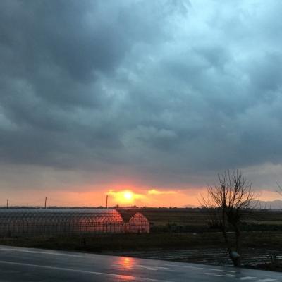 曇り空の赤い太陽