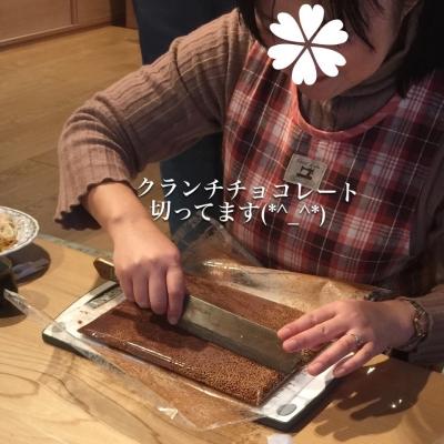 クランチチョコレートを切ってます(*^_^*)