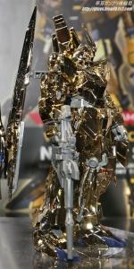 「HGUC ユニコーンガンダム3号機 フェネクス type RC (ユニコーンモード) シルバーコーティングVer.」と「HG ユニコーンガンダム3号機 フェネクス(ユニコーンモード)ゴールドコーティングVer.」 ガンプラEXPO ワールドツアージャパン 2016 WINTER10
