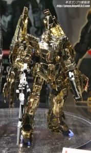 「HGUC ユニコーンガンダム3号機 フェネクス type RC (ユニコーンモード) シルバーコーティングVer.」と「HG ユニコーンガンダム3号機 フェネクス(ユニコーンモード)ゴールドコーティングVer.」 ガンプラEXPO ワールドツアージャパン 2016 WINTER09