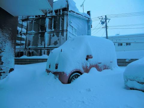 雪に埋没車