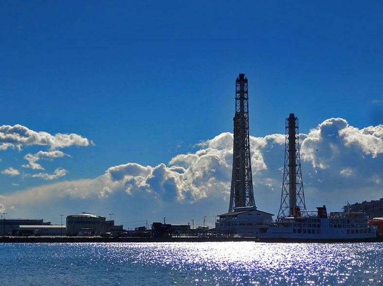 170115久里浜煙突と夏のような雲1